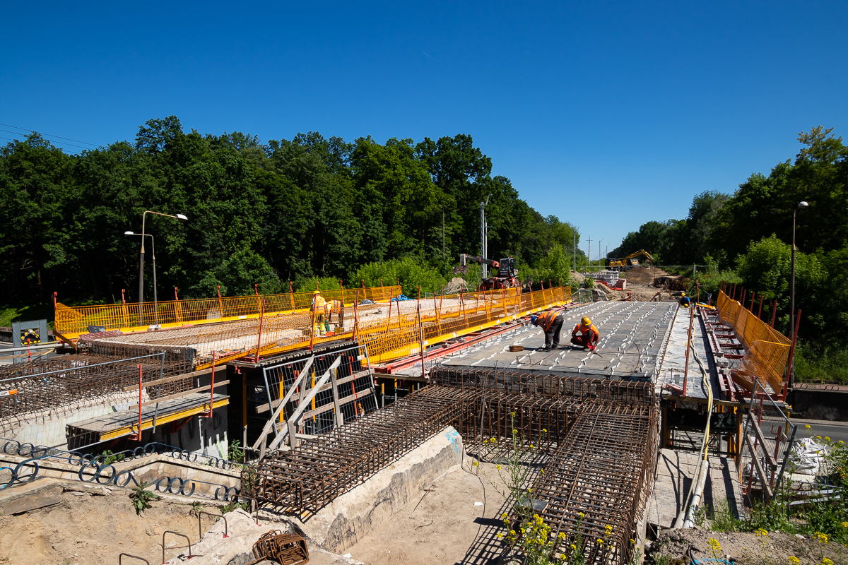 Zdjęcie przedstawia budowę peronów na przystanku kolejowym Puławy Miasto