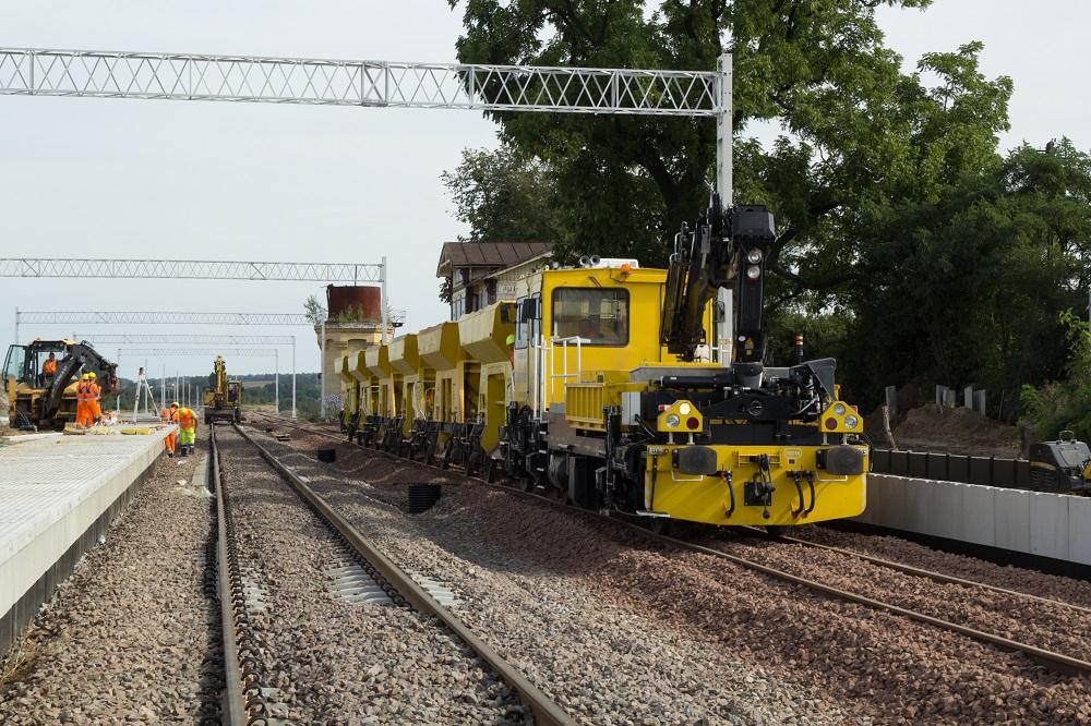 Zdjęcie przedstawia pracujące maszyny na stacji Puławy