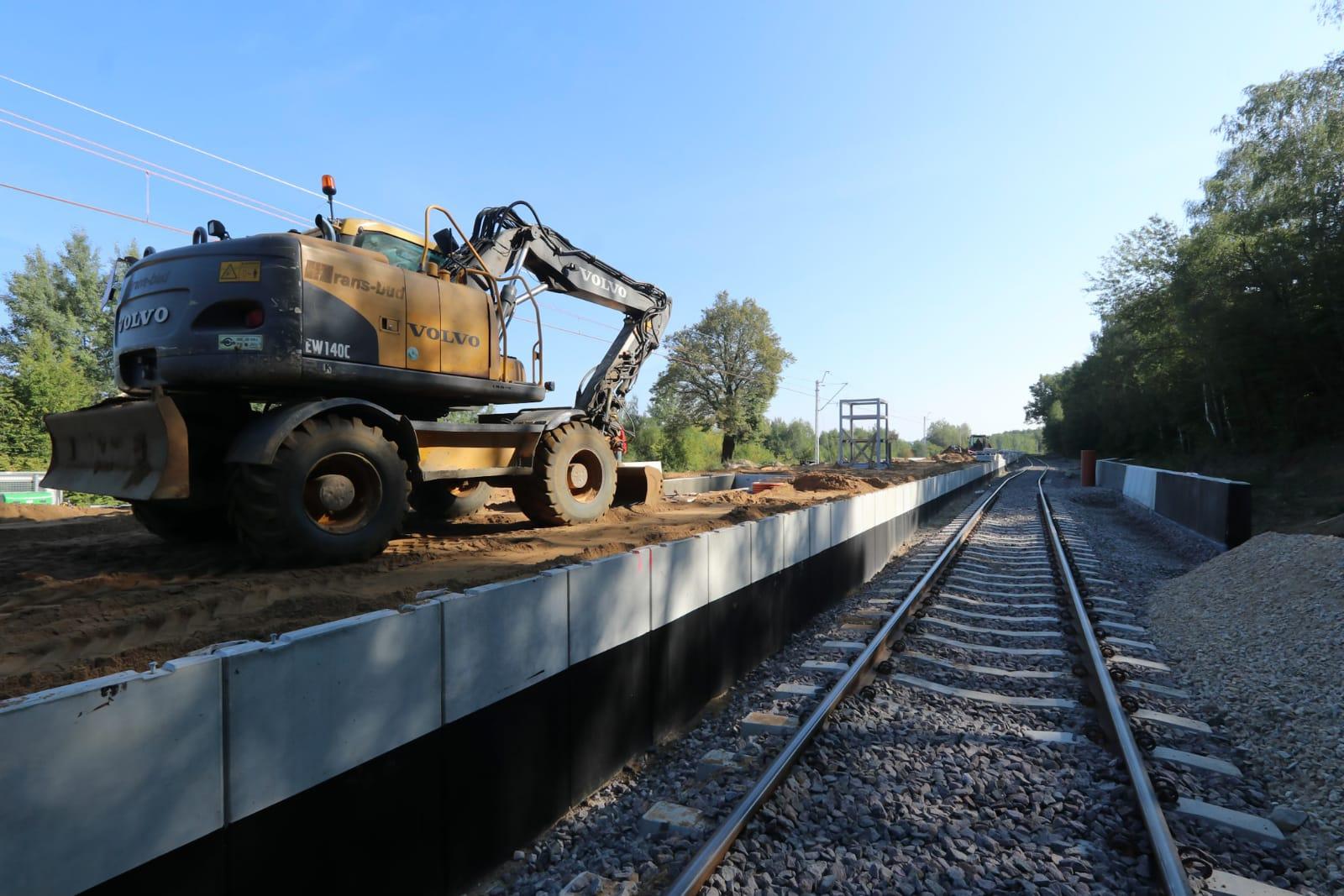 Zdjęcie przedstawia prace maszyn na nowo budowanym przystanku Lublin Zachodni