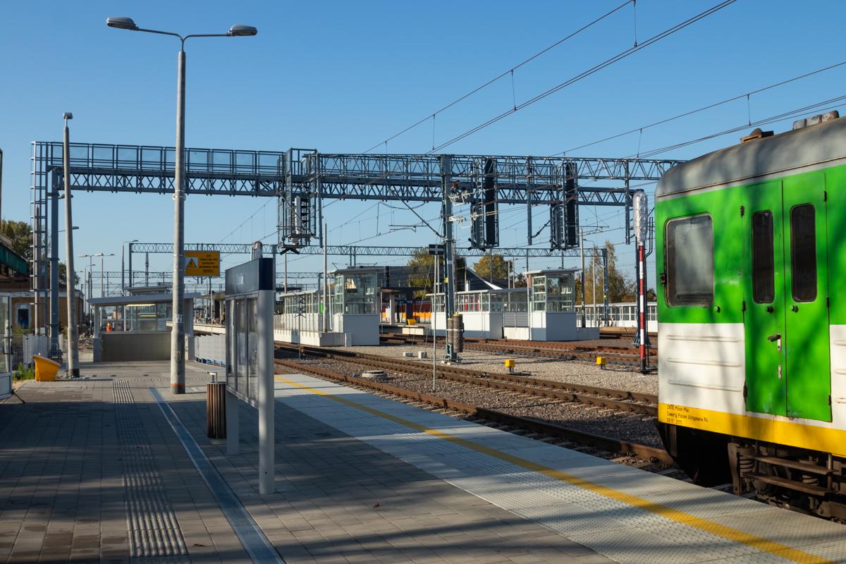 Zdjęcie przedstawia przejeżdżający pociąg na stacji w Dęblinie