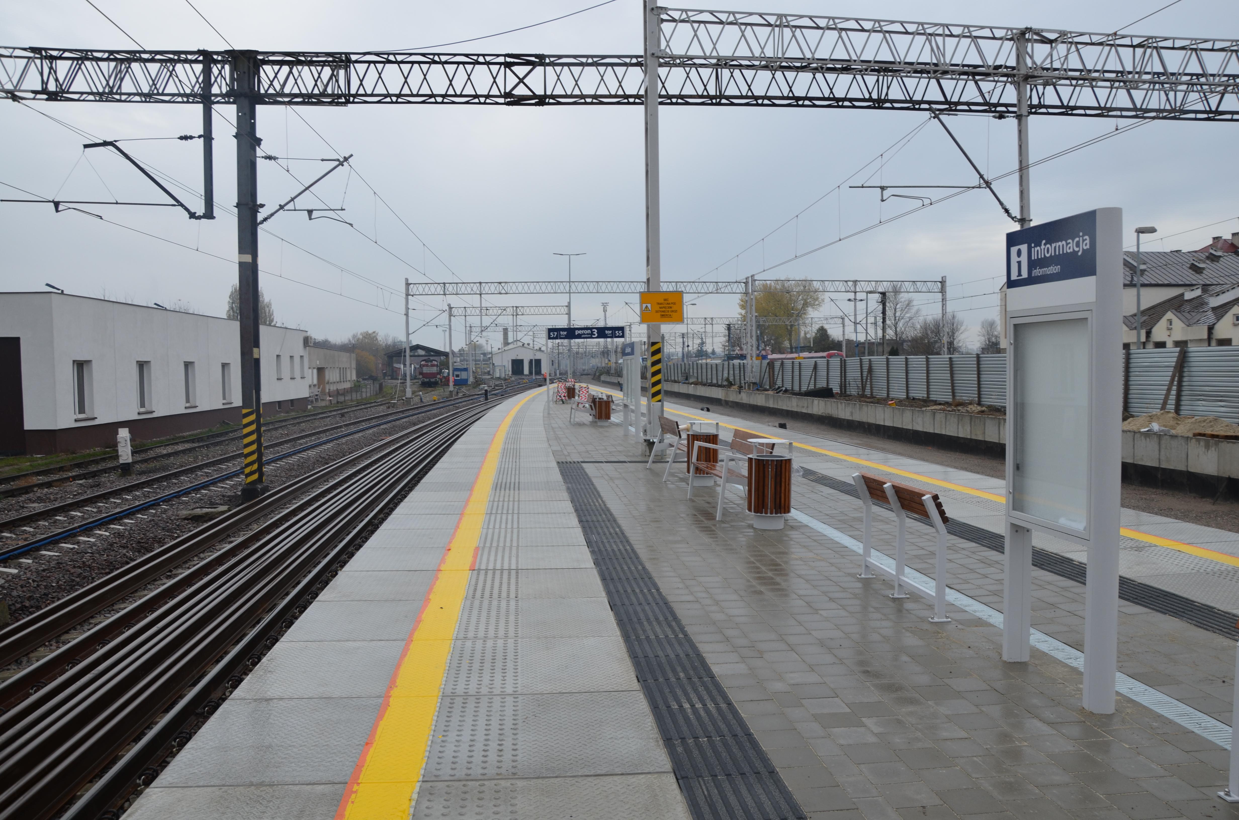 Zdjęcie przedstawia zmodernizowany peron na trasie Puławy-Lublin