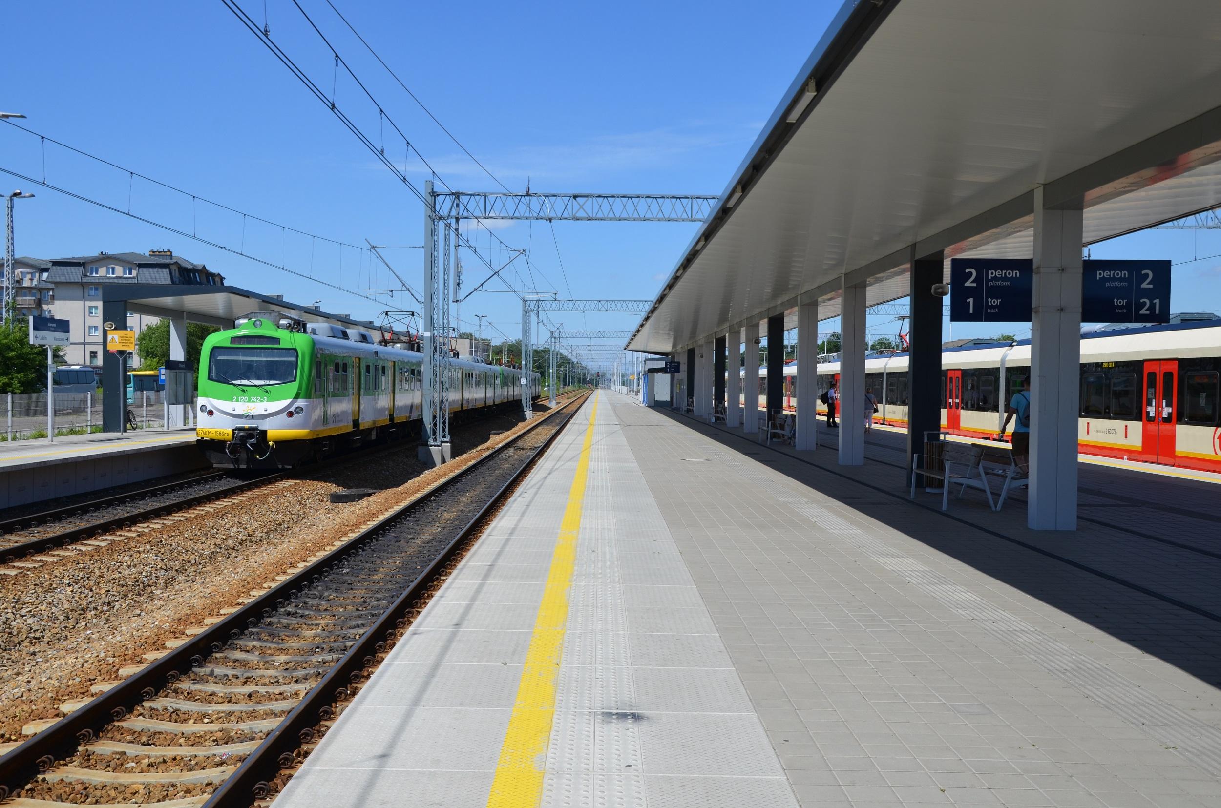 Stojące pociągi na stacji w Otwocku