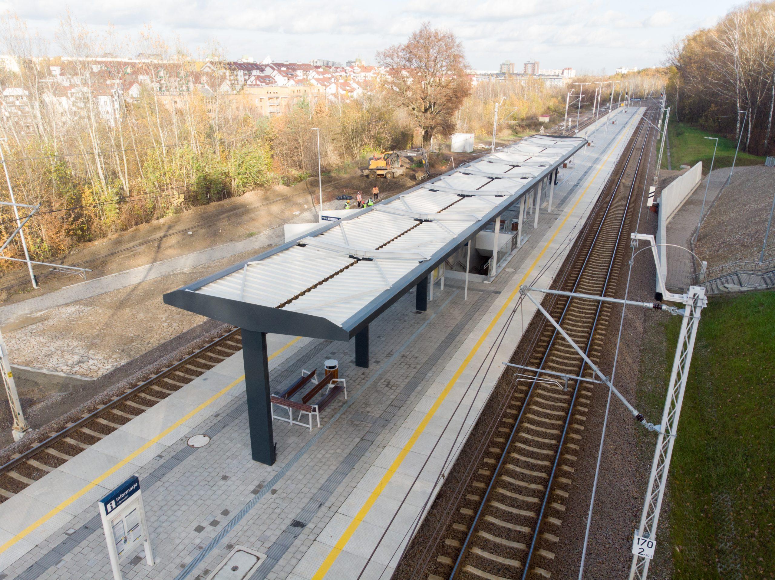 Sesja zdjęciowa pokazuje prace wykończeniowe na przystanku Lublin Zachodni