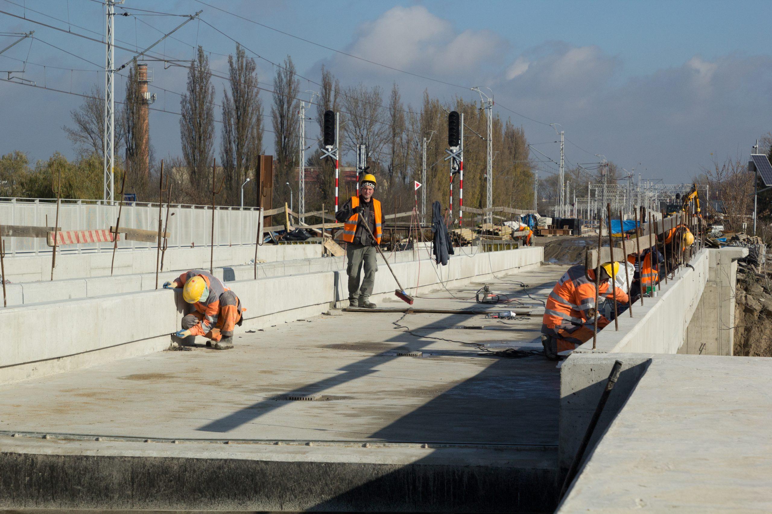 Sesja zdjęciowa pokazuje rozwój prac na mostach i wiaduktach w Lublinie